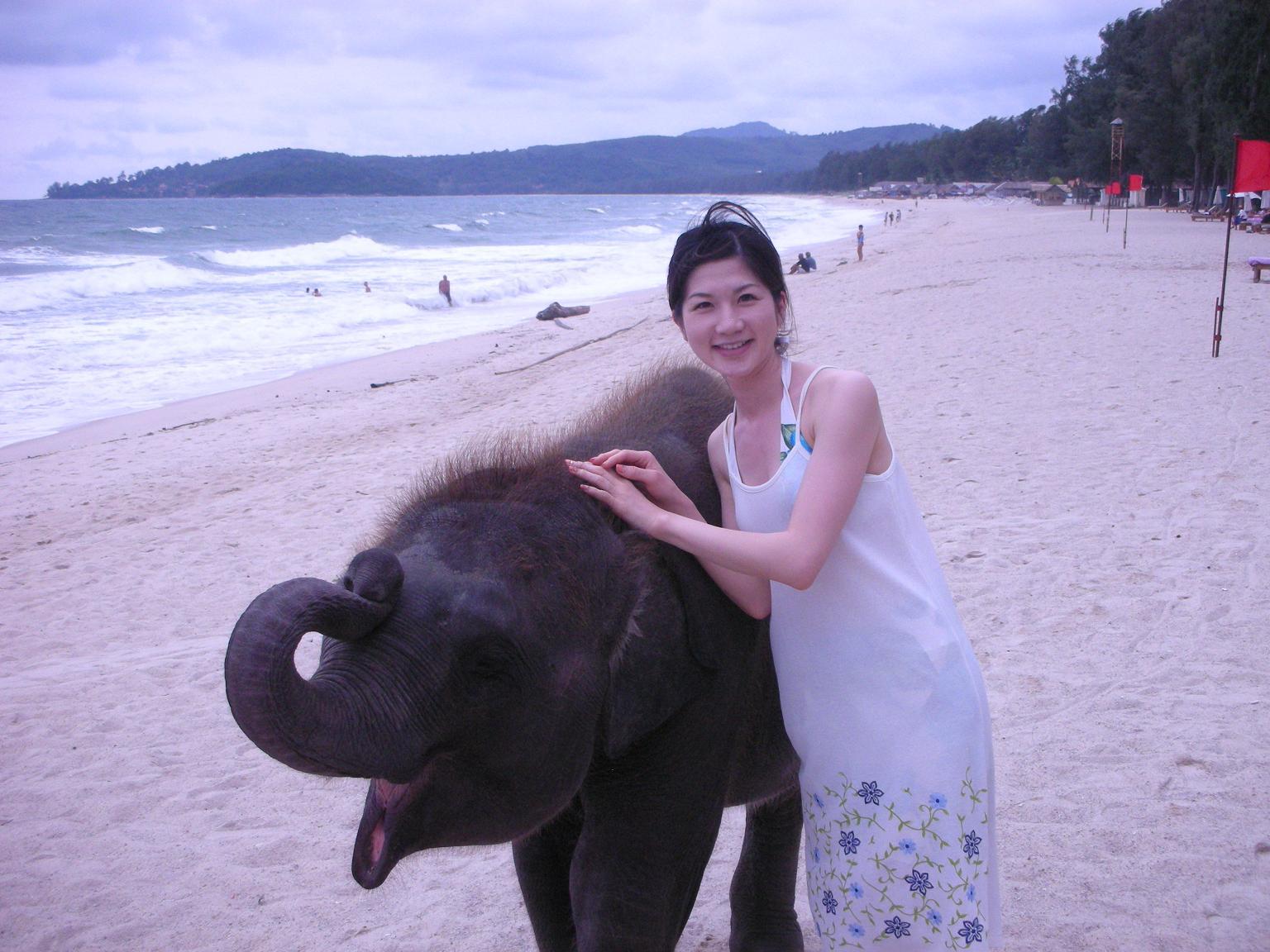 ゾウと一緒の井田寛子